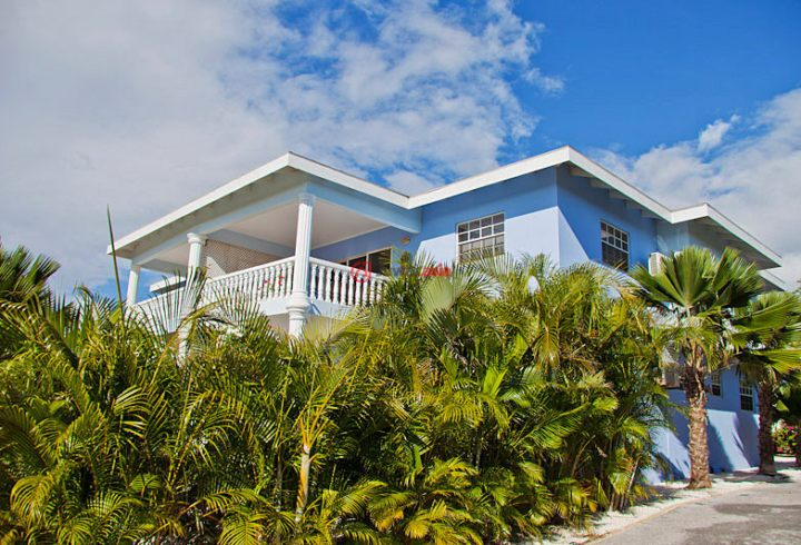 投资项目库拉索岛 Curaao 库拉索岛坐落在加勒比海的南部,是荷兰荷属安的列斯最大的岛屿. 距离委内瑞拉仅50公里,从荷兰的阿姆斯特丹史基浦出发,只需九个小时即可到达,从美国的迈阿密出发是2.5个小时. 库拉索岛是荷兰王国的一部分,所有居民都有荷兰的身份和欧盟护照。 威廉斯塔德库拉索岛是的首都,议会也位于威廉斯塔德。 库拉索岛作为荷兰王国的一部分,政府的设置也是基于言论自由,新闻自由等体现民主的一个政党.